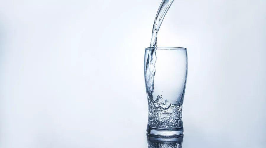 夏季高温易缺水,羽球运动时该如何科学补水呢