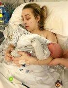英少女肚子疼送医诞下女婴 检查后得知是双子宫